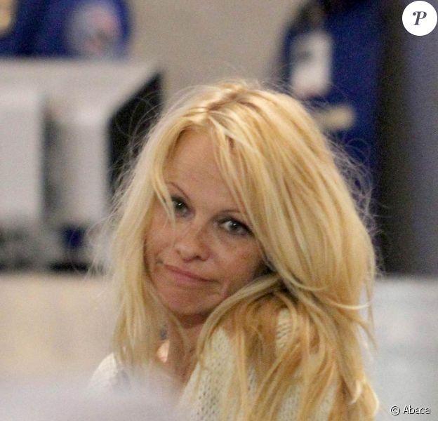 Pamela Anderson et son compagnon Jon Rose sont à l'aéroport de Los Angeles, en partance pour New York. Le 28 avril 2011