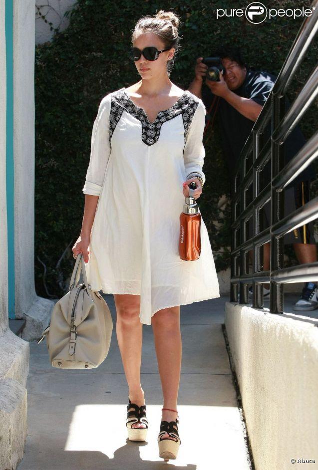 Jessica Alba, le jour de ses 30 ans, le 28 avril 2011, sortant du café Chez Marie à Los Angeles.