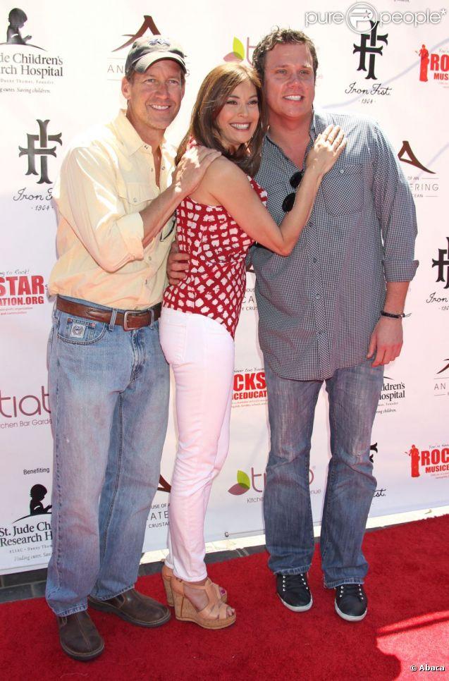 """Teri Hatcher et James Denton son partenaire dans la série Desperate Housewives, lors de la soirée de charité organisée par l'actrice pour les enfants de """"St Jude Hospital et rock star education"""" ! Santa Monica, le 1 mai 2011."""