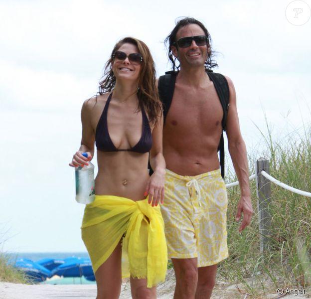 Maria Menounos et son chéri Kevin Undergaro, sur la plage à Miami, le 1er mai 2011