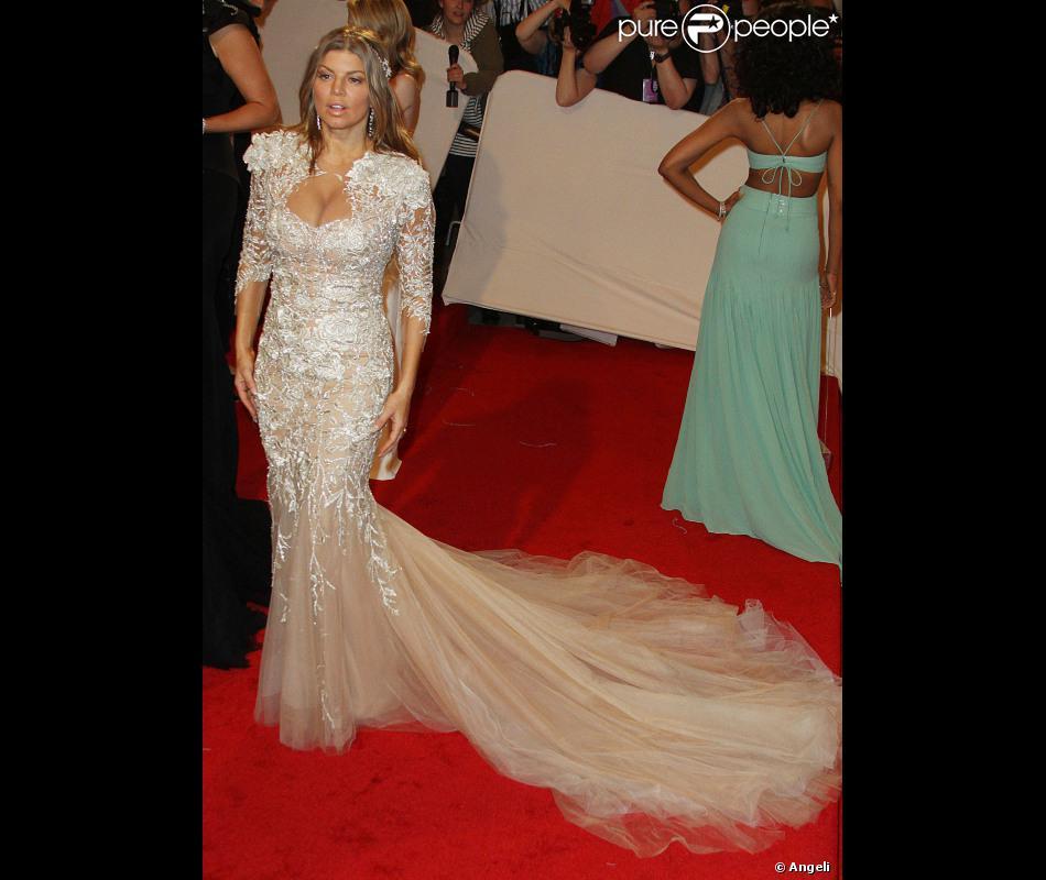 Fergie opte pour une robe qui ne la met pas vraiment en for Hors des robes de mariage rack new york
