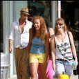 Julie et Sofiane sont toujours aussi proches à Miami, sur le tournage de l'émission  Les Anges de la Télé-Réalité 2 , pour NRJ 12, lundi 2 mai.