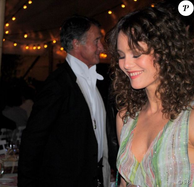 En fidèle amie du grand Karl, Vanessa Paradis a fait sensation lors du dîner Chanel en l'honneur de Karl Lagerfeld à Antibes, le 8 mai 2011