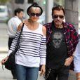 Pause tendresse pour Johnny et Laeticia Hallyday à Los Angeles le 5 avril 2011