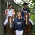 Jodie Kidd lance l'événement Polo in the Park 2011, à Londres, le 10 mai. Son amoureux Andrea Vianini est à ses côtés (en orange).