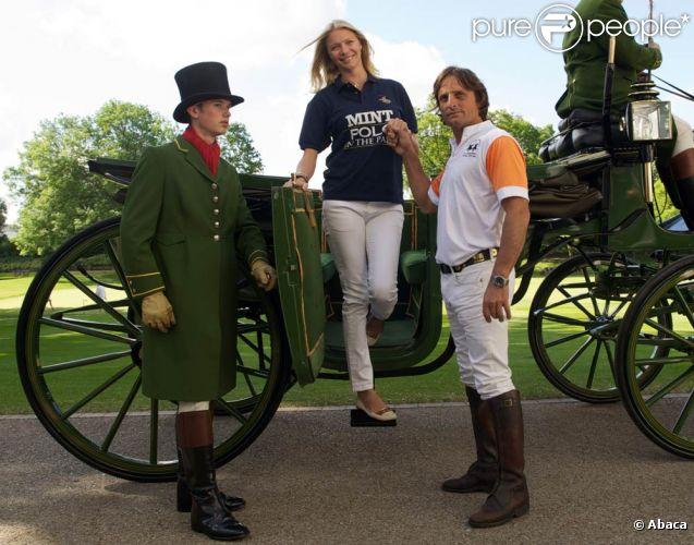 Jodie Kidd lance l'événement Polo in the Park 2011, à Londres, le 10 mai. Andrea Vianini, le papa de son futur enfant, est à ses côtés et l'aide à descendre de calèche.