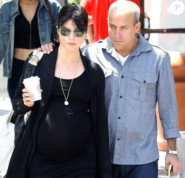 Selma Blair toujours aussi belle pendant sa grossesse avec son compagnon Jason Bleick dans les rues de Los Angeles le 10 mai 2011.