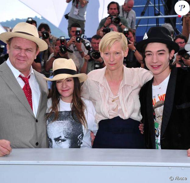 Ezra Miller, Tilda Swinton, Lynne Ramsay et John C. Reilly lors du photocall de We need to talk about Kevin, en sélection officielle au 64e Festival de Cannes, le 12 mai 2011.