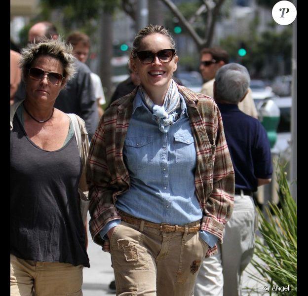 Sharon Stone se promène avec un drôle de look dans les rues de Beverly Hills en compagnie d'une amie le 13 mai 2011