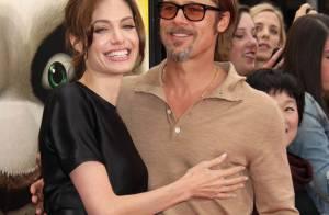 Angelina Jolie et sa robe fendue au bras de son élégant Brad Pitt...