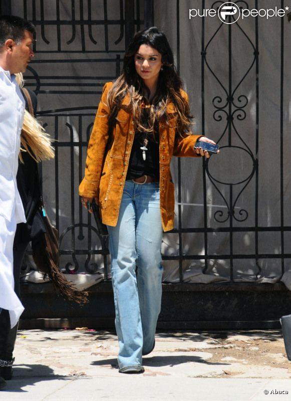 Vanessa Hudgens a été photographiée attendant une amie, et envoyant un texto, à Los Angeles, dimanche 22 mai 2011.