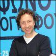Stéphane Bern anime son émission en direct sur France Inter lors de l'ouverture du 11e Festival du film francophone à Athènes en  avril 2010