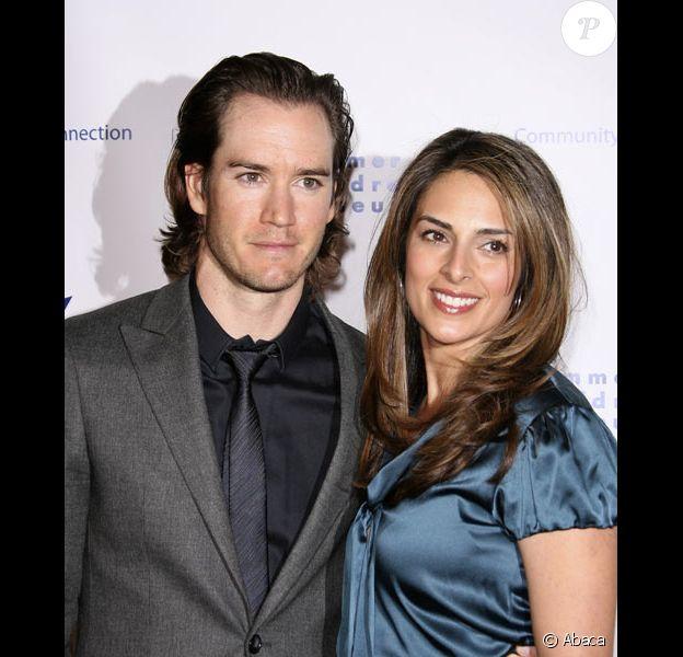 Mark-Paul Gosselaar et Lisa Ann Russell posent lors d'une soirée à Los Angeles en novembre 2008