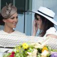 Kate et la princesse Eugenie, inséparables, au Derby d'Epsom, le 4 juin 2011.