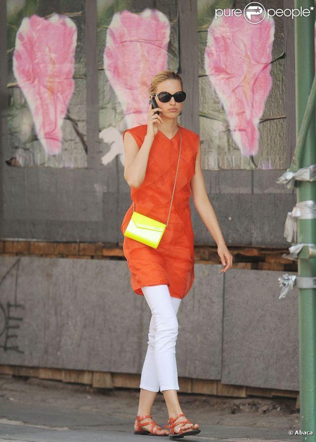 Karolina Kurkova dans les rues de New York avec un look color bloc à tomber ! Le 7 juin 2011