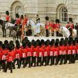 La Reine Elizabeth II et son mari le duc d'Edimbourg, le prince Philip se tiennent devant les officiers lors du Trooping the Colour, célébration de l'anniversaire de la reine Elizabeth II, à Londres le 11 juin 2011