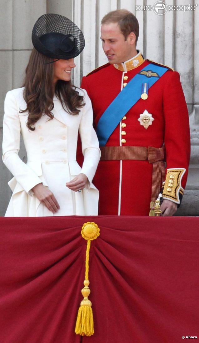 La princesse Catherine Middleton et le prince William, amoureux, lors du Trooping the colour, célébration de l'anniversaire de la reine Elizabeth II, au balcon du Buckingham Palace le 11 juin 2011 à Londres