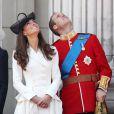 La princesse Catherine Middleton et le prince William, amoureux, admirent le défilé aérien lors du Trooping the colour, célébration de l'anniversaire de la reine Elizabeth II, au balcon du Buckingham Palace le 11 juin 2011 à Londres