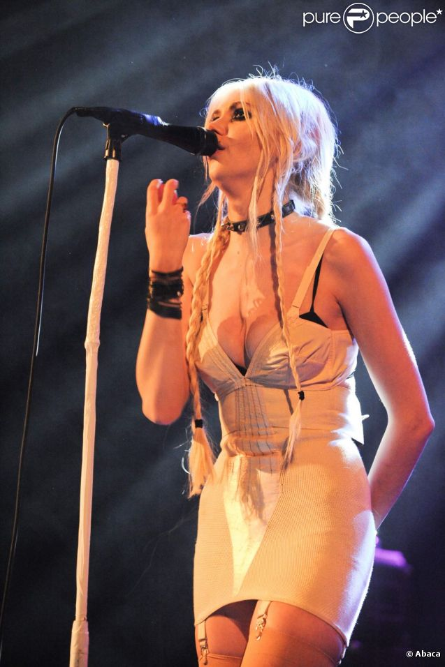 Taylor Momsen en concert avec son groupe Pretty Reckless le 8 juin 2011 à Paris