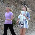 Amy Smart et Ali Larter, accompagnée de son fils Theodore, cinq mois et demi, se promènent à Los Angeles le 10 juin 2011