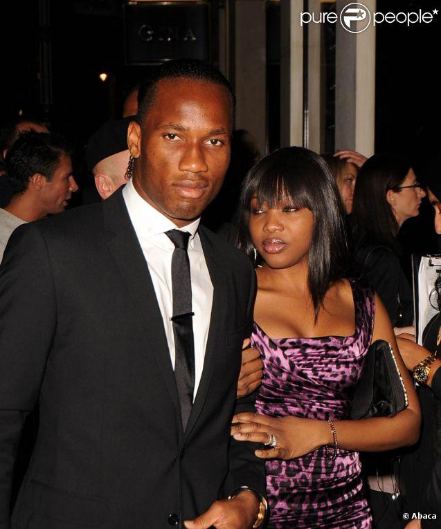 Après s'être unis religieusement quelques années auparavant, Didier Drogba et sa compagne Lalla Diakité, déjà parents de trois enfants, se sont mariés le week-end du 11 juin 2011 à Monaco. Photo : en septembre 2010, lors de la Fashion Week londonienne.