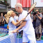John McEnroe séduit par une jolie blonde et perturbé par un drôle de barbu