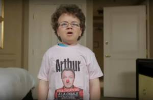 Arthur : Epaulé par le jeune Keenan Cahill, il présente son prochain spectacle