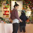 Après sa gym, Katie Holmes se lance dans une séance de shopping avec une copine... Généreuse, elle veut ravir les papilles de son mari Tom Cruise et de sa petite Surie avec de délicieuses chocolats ! Beverly Hills, le 14 juin 2011