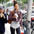 Après sa gym, Katie Holmes se lance dans une séance de shopping avec une copine... Mais côté look, l'actrice fait un gros bide ! Beverly Hills, le 14 juin 2011