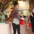 Katie Holmes veut ravir les papilles de son mari Tom Cruise et de sa petite Surie avec de délicieuses chocolats achetés dans la boutique Teuscher Chocolates à Beverly Hills, le 14 juin 2011