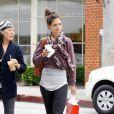 Après son sport, Katie Holmes passe un moment shopping avec une copine ! Beverly Hills, 14 juin 2011