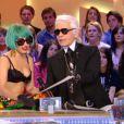 Lady Gaga et Karl Lagerfeld, très complices sur le plateau du  Grand Journal  de Canal+, le 15 juin 2011. Le couturier lui offre un dessin et son iPad... en or !