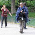 Guadalupe, la maman de Jennifer Lopez s'est amusée comme une folle avec un pistolet à eau au Parc Monceau à Paris le 16 juin 2011