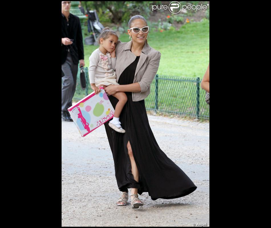 jennifer lopez entour e de ses enfants s 39 est amus e comme une folle au parc monceau paris le. Black Bedroom Furniture Sets. Home Design Ideas