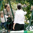 Jennifer Lopez entourée de ses enfants au Parc Monceau à Paris le 16 juin 2011 n'a pas hésité à discuter avec les autres mamans