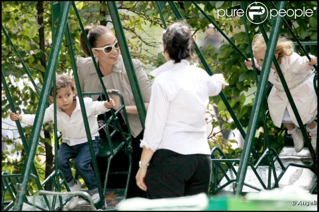 jennifer lopez entour e de ses enfants au parc monceau paris le 16 juin 2011 n 39 a pas h sit. Black Bedroom Furniture Sets. Home Design Ideas