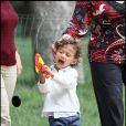 Max, le fils de Jennifer Lopez, s'est amusé comme un petit fou  au Parc Monceau à Paris le 16 juin 2011