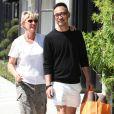 Ellen DeGeneres embrasse son styliste Chris Fong dans les rues de Hollywood le 21 juin 2011