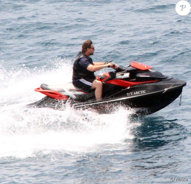 Russell Crowe faisant du jet-ski à Positano en Italie le 9 juin 2011