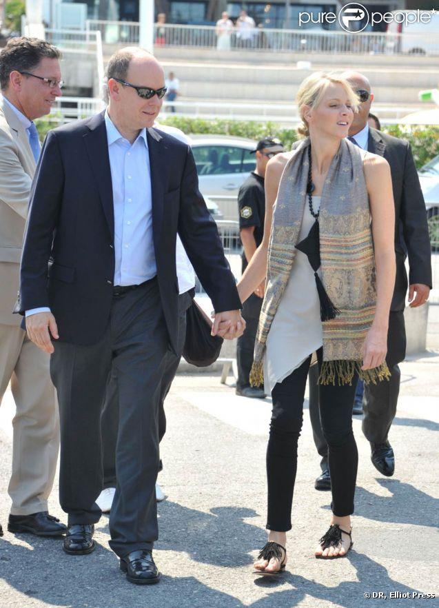Le prince Albert de Monaco et sa fiancée Charlene Wittstock sont apparus radieux et complices sur le port Hercule, à Monaco, mardi 28 juin 2011, pour découvrir avec Jean-Michel Jarre l'installation du méga-concert qu'il donnera en l'honneur de leur mariage.