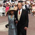 Le duc Duarte Pio de Bragance et sa femme Isobel sur le tapis rouge du Palais Princier de Monaco, pour le mariage religieux du prince Albert et de la princesse Charlene.   Le prince Albert II de Monaco et Charlene Wittstock avaient convié près de 800 invités, dont beaucoup de têtes couronnées (les cours d'Europe étaient notamment bien plus représentées qu'au mariage de William et Kate), à leur mariage religieux, le 2 juillet 2011 en Principauté.