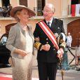 Le roi Albert et la reine Paola de Belgique sur le tapis rouge du Palais Princier de Monaco, pour le mariage religieux du prince Albert et de la princesse Charlene.   Le prince Albert II de Monaco et Charlene Wittstock avaient convié près de 800 invités, dont beaucoup de têtes couronnées (les cours d'Europe étaient notamment bien plus représentées qu'au mariage de William et Kate), à leur mariage religieux, le 2 juillet 2011 en Principauté.