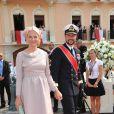 La princesse Mette-Marit et le prince Haakon de Norvège sur le tapis rouge du Palais Princier de Monaco, pour le mariage religieux du prince Albert et de la princesse Charlene.   Le prince Albert II de Monaco et Charlene Wittstock avaient convié près de 800 invités, dont beaucoup de têtes couronnées (les cours d'Europe étaient notamment bien plus représentées qu'au mariage de William et Kate), à leur mariage religieux, le 2 juillet 2011 en Principauté.
