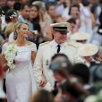 Le prince Albert de Monaco et la princesse Charlene, unis devant Dieu par Mgr. Barsi, ressortent de la cour d'honneur du palais princier sous les vivats et les pétales, samedi 2 juillet 2011.