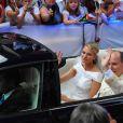 Après la cérémonie religieuse célébrée dans la cour d'honneur du palais princier, samedi 2 juillet 2011, le prince Albert de Monaco et la princesse Charlene se rendaient à l'église Sainte-Dévote à bord d'une Lexus hybride décapotable pour que la mariée y dépose son bouquet, comme la princesse Grace 55 ans avant elle.