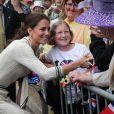 Des fans toujours aussi nombreux et chaleureux sur la route de William et Kate.   Le prince William et la duchesse Catherine de Cambridge poursuivaient  leur Royal Tour 2011 du Canada lundi 4 juillet 2011 du côté de l'Île du  Prince Edouard.