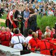 En tenue de combat pour une course de bateau-dragon, et un câlin pour réconforter la plus belle des perdantes !   Le prince William et la duchesse Catherine de Cambridge poursuivaient  leur Royal Tour 2011 du Canada lundi 4 juillet 2011 du côté de l'Île du  Prince Edouard.