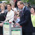 Une petite robe Sarah Burton pour Alexander McQueen, et voilà comment Kate Middleton rime de plus en plus avec icône.   Le prince William et la duchesse Catherine de Cambridge poursuivaient  leur Royal Tour 2011 du Canada lundi 4 juillet 2011 du côté de l'Île du  Prince Edouard.
