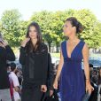 Roberta Armani accueille Katie Holmes à son arrivée au Théâtre Chaillot pour assister au défilé Armani lors de la Fashion Week parisienne le 5 juillet 2011