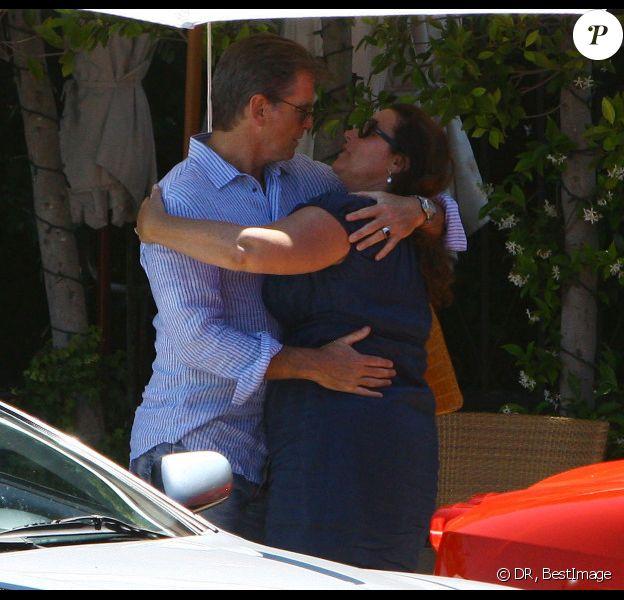 Pierce Brosnan aime sa femme et le prouve encore une fois avec un long baiser langoureux en guise d'au revoir. Malibu le 30 juin 2011